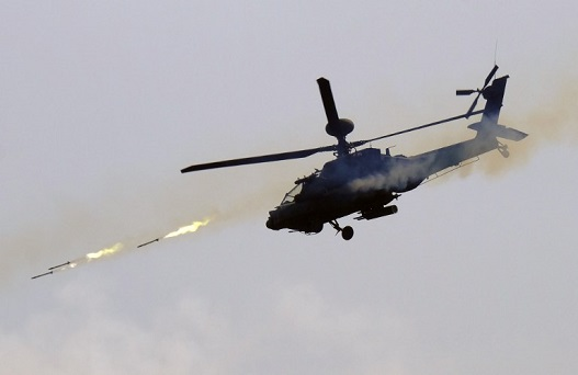 A US-made AH-64E Apache helicopter launches rockets during the annual Han Guang life-fire drill in southern Pingtung on August 25, 2016. Taiwan president Tsai Ing-wen said the island's army needs to find a clear direction and face its shortcomings as she presided over a live-fire drill amid cooling relations with Beijing. / AFP PHOTO / SAM YEH